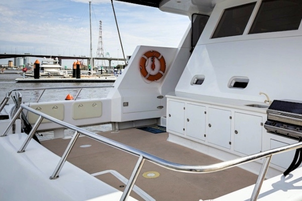 quest-iii-aft-deck-with-bbq 600x400